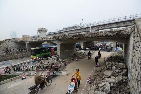 图为南宁市北湖唐山路口一座曾为人们服役了半个世纪的老铁路桥拆掉了。