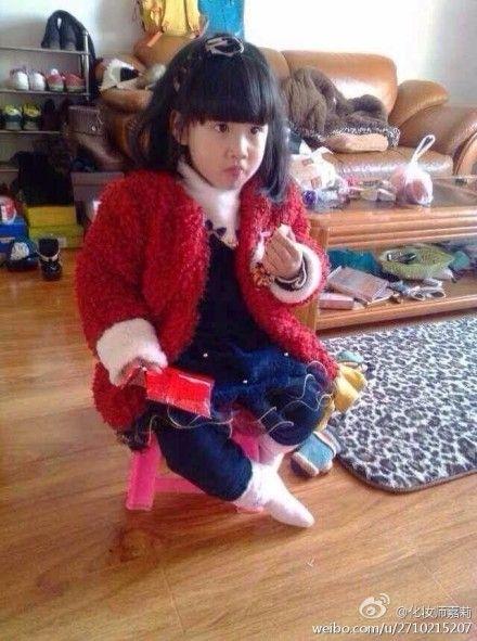事件中2岁女童的日常生活照片(来源:新浪微博)