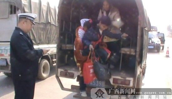 核载5人的小货车装下了14个人。