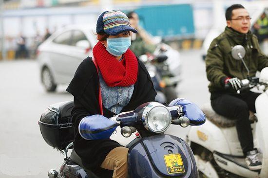 图为1月6日,南宁不少市民外出时以口罩抵挡雾霾。 南国早报记者 邹财麟 摄