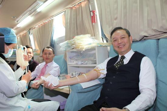 完美公司许国伟副董事长广西献血。