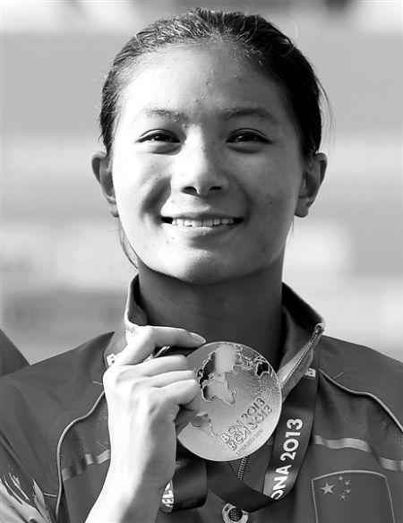 何姿在第15届国际泳联世界锦标赛女子3米板颁奖仪式上展示金牌(新华社发)