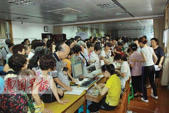 去年6月招生季,广西老年大学现场报名火爆。何小敏 摄