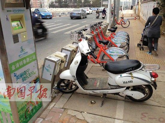一辆电动车停在金浦锦春路口的租赁点上。记者 罗暘 摄