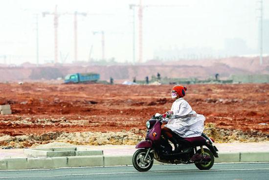 图为市民戴着口罩驾车行驶。随着冷空气的到来,雾霾将被驱散。 南国早报记者 邹财麟 摄