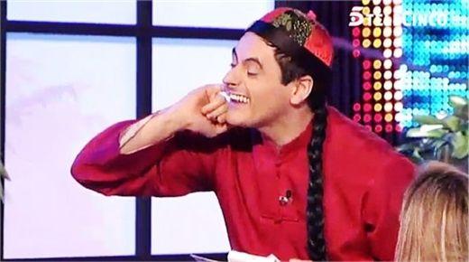 辱华小品《两人桌》中,一西班牙人扮演梳着长辫子的中餐馆跑堂,大肆丑化、侮辱中国人(央视截屏)