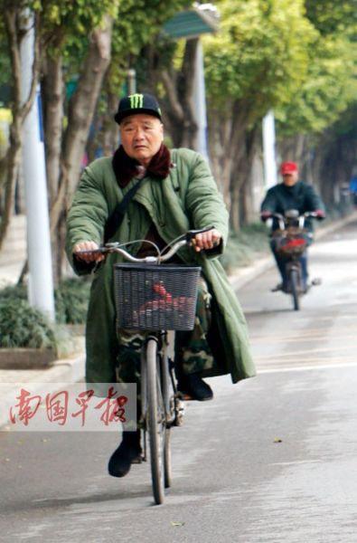 8日,南宁市气温骤降,市民外出不忘添衣戴帽御寒。记者 何定坚 摄