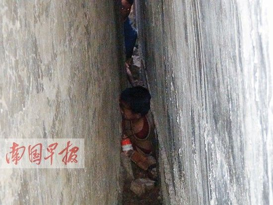 孩子被卡在宽仅约0.3米的狭小墙缝里。杨鸿升 摄