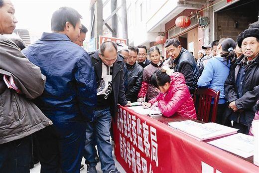 南丹县纪委、监察局在现场会现场受理信访举报。符龙强 摄