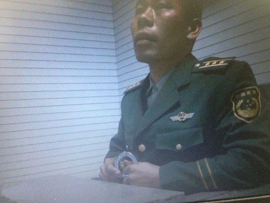 """身着军装的""""上校军官""""隆某在审讯室内。南国早报记者 彭宁莉 摄"""