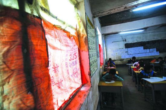 窗户被麻袋封起后,教室内的光线显得很昏暗。