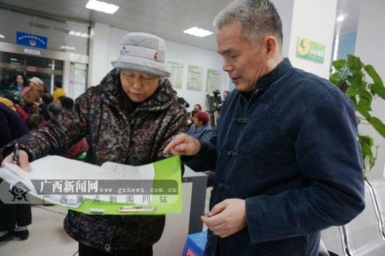 图为前来听讲座的新竹社区居民曹凤琴(左)向气象专家李长伦咨询。
