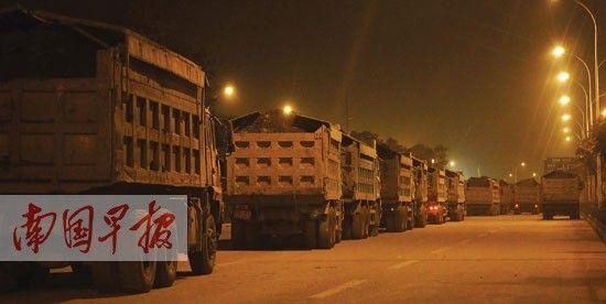 1月10日凌晨,在南宁五象大道,泥头车车队载泥作业。南国早报记者 何定坚 摄