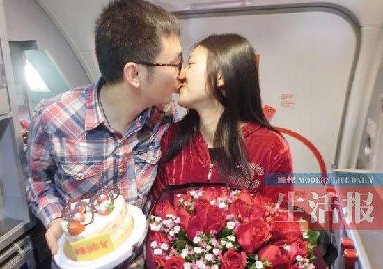 李先生求婚成功后,与曾小姐热吻。