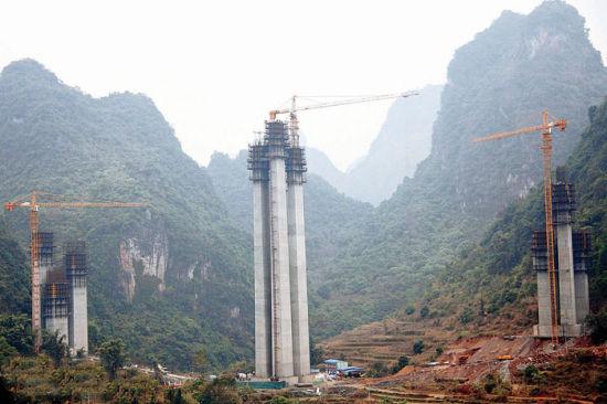 图为古龙山特大桥的主墩(中)封顶。 石菊常 摄
