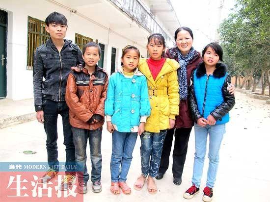 覃秋林和5个受捐助的孩子。图片来源:当代生活报