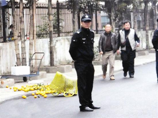 图为事发现场散落不少橙子。南国早报记者 赵劲松 摄