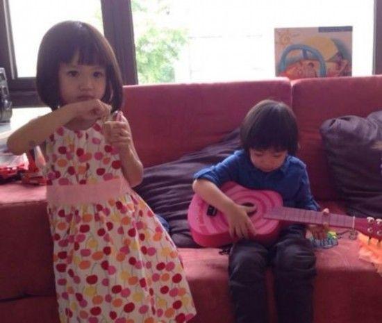 林志颖儿子Kimi为钟丽缇女儿Cayla弹吉他