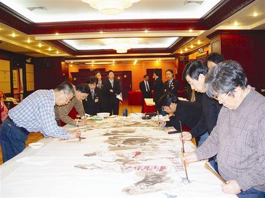 刘大为等几位画家在跨世纪美术馆联合创作巨幅国画。