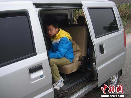 被查获的微型车内坐了13名学生。吴家强 摄