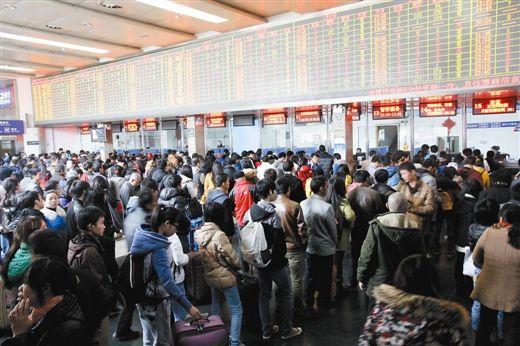 1月12日,南宁火车站售票大厅。生活报记者 何学俏 实习生 黄建伟 摄