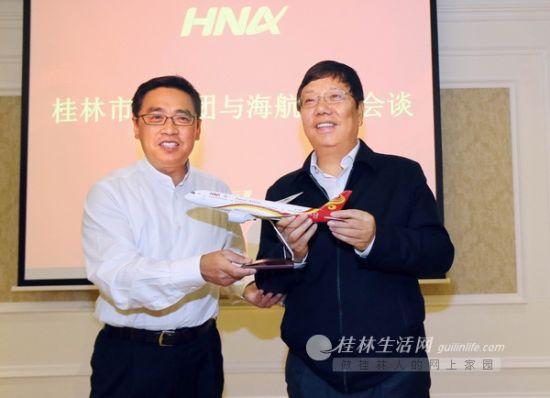 海航集团董事长王健(左)向赵乐秦(右)赠送海航飞机模型 记者何平江 摄