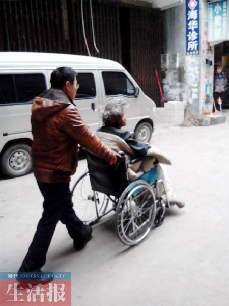 下课之余,杨先生带老母亲坐轮椅散步。