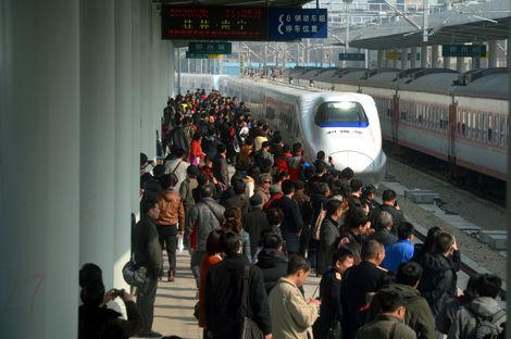 柳州火车站等待乘车的旅客。图片来源:柳州晚报