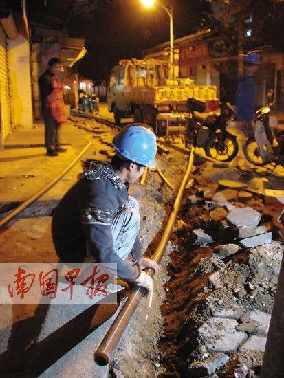 1月13日晚抢修人员接通新供水管道。南国早报记者 邓晓衡 摄