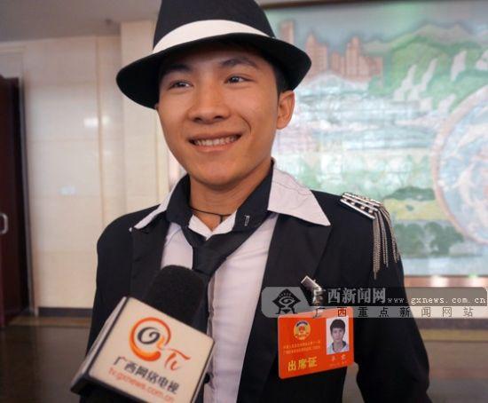 政协委员卓君表示今年他关注的方向是净化网络环境。广西新闻网记者 伍永志 摄