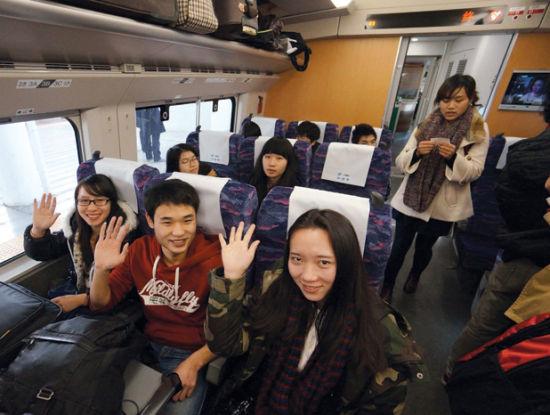 """""""回家啦!""""一群搭上动车的年轻人很开心。南国早报记者 何定坚 摄"""