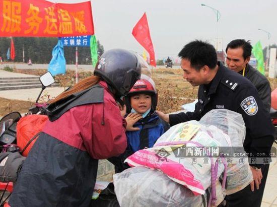 民警叮嘱长途摩托车队返乡大军中的驾乘人注意安全。广西新闻网通讯员 谢琴美 摄