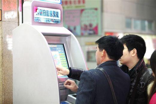 通过自助购票机买票很便捷。生活报记者 冯耀华 摄