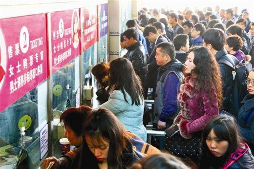 埌东客运站售票窗前渐渐人多起来。生活报记者 周军 摄
