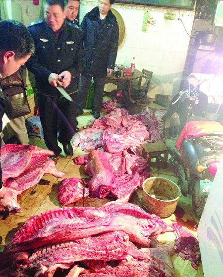 执法人员在南宁市人民路北一里431号里查获不少私宰猪肉。南国早报记者 彭宁莉 摄
