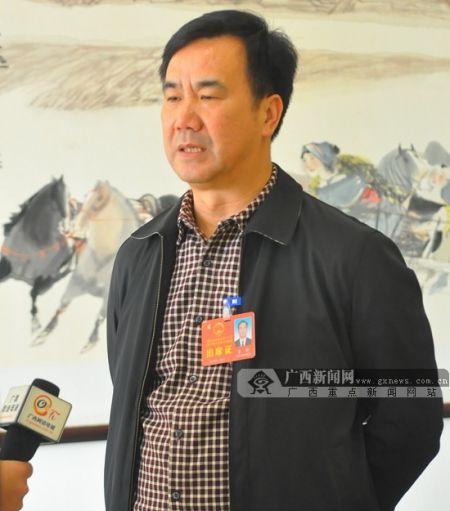 人大代表李何接受广西新闻网记者采访。广西新闻网记者 潘晓明 摄