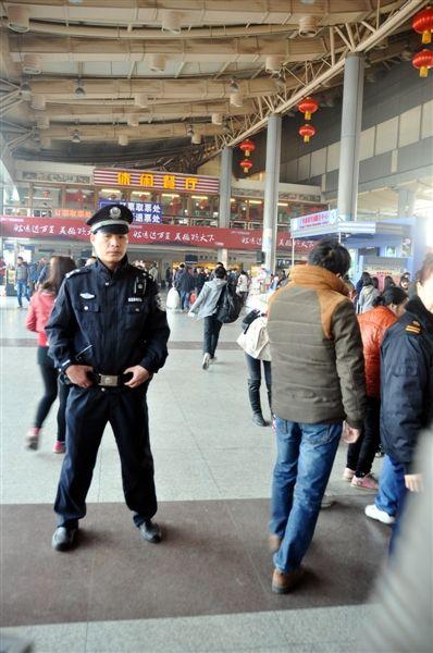 警方在埌东客运站周边加强巡逻。