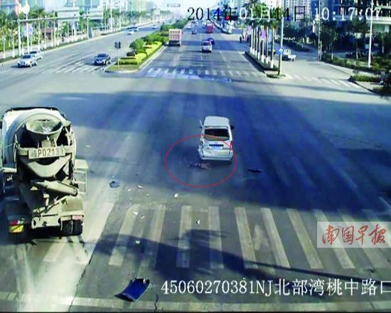 监控视频显示面包车将孩子拦腰碾过。(见画圈处)视频截图