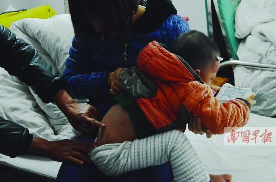 孩子遭碾压部位没有伤痕,在床上能玩游戏机。 记者 赵劲松摄