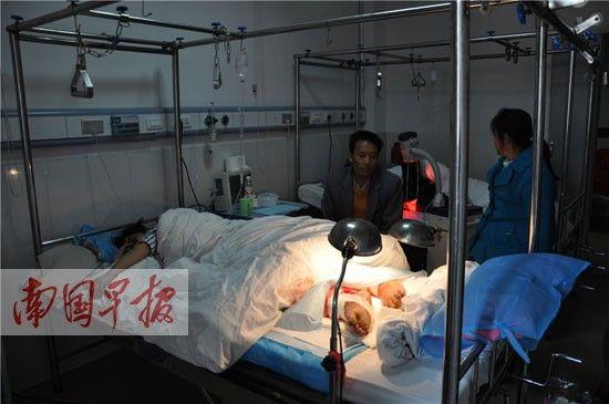 蒙华才正在病房里接受治疗,旁边的父母很焦虑。李雪松 摄