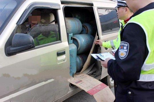 民警在对该微型车进行检查时,发现车内密密麻麻地排满了40个煤气罐。桂林市交警支队供图