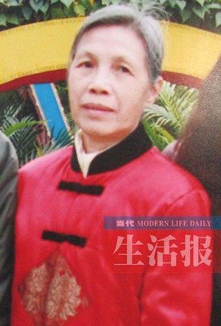 谭莲清,女,现年65岁,头发花白,扎短马尾。外出时身穿红色太空衣,咖啡色棉裤,老北京黑布鞋。