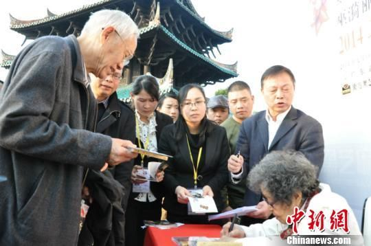 广西壮族自治区政府前副主席、广西中华民族文化促进会主席李振潜接受巫漪丽专辑 林浩 摄