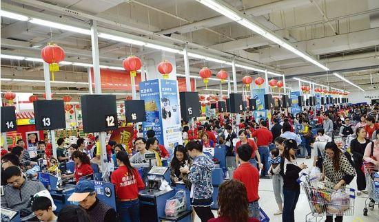 超市竞争日趋激烈,只有提升服务质量,才能吸引更多顾客(资料图片)。南国早报记者 邹财麟摄