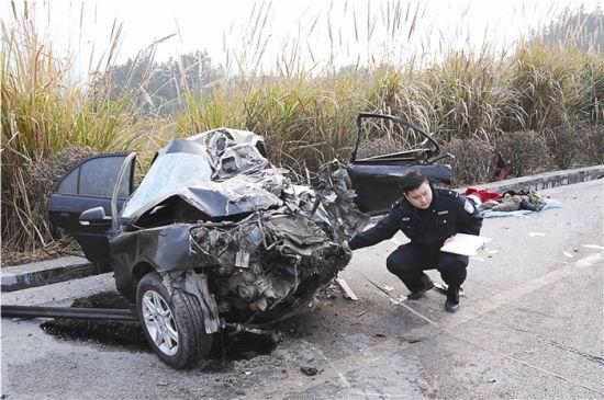 交警正在勘察事故现场。南国早报记者 蓝峰 摄