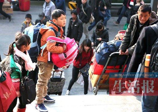 图为一大早赶火车的人们。