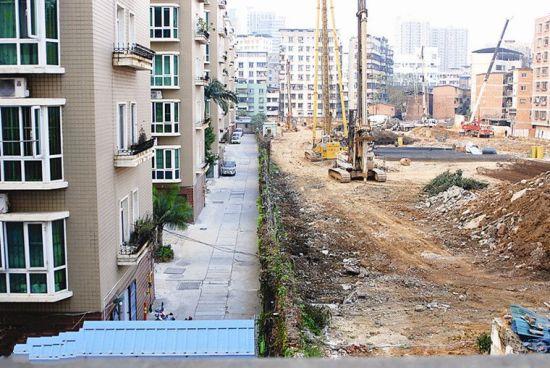 围墙被才拆之前的情景。 小区居民供图