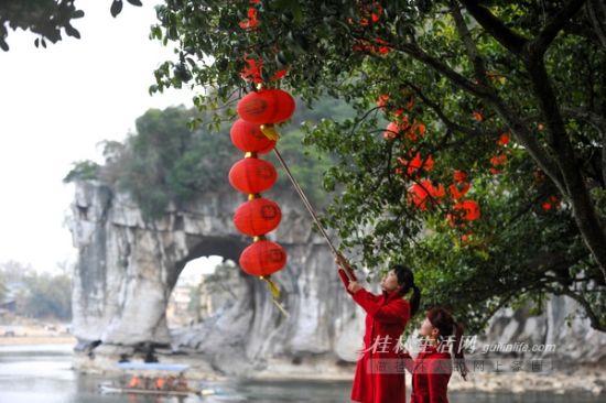 象山景区的工作人员在景区内挂起灯笼,装扮景区准备迎接春节 首席摄影记者游拥军 摄