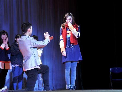 主演们在戏中提前体验求婚(图片由广西大学光彩剧社提供)