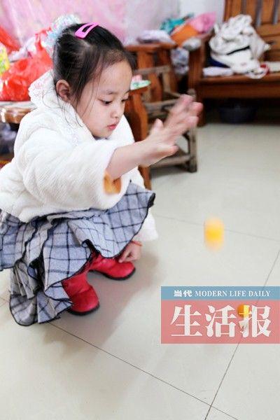 黎女士的孩子用蛋黄来跟乒乓球做弹跳对比。图片来源:当代生活报
